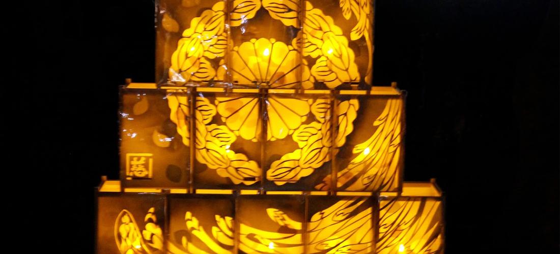 顕証寺境内の燈籠 計12個で構成